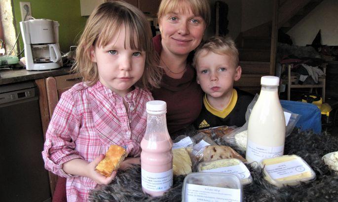 Mätiku Talumeierei perenaine Mirjam Pikkmets, mahetoitu nautivad lapsed ja lauatäis kodutalu tooteid