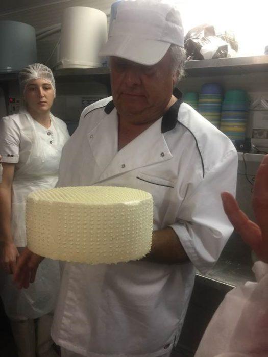 Fotol on esimene Cheddar'i kera juustumeister Michel Lepage käes. Laagerdamise töö seisab alles ees. See on omakorda kolm kuud hoolt ja armastust.